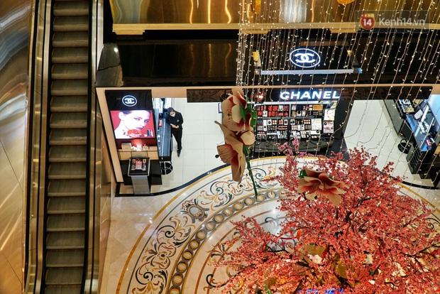 Ảnh: Người dân Hà Nội ở nhà tránh dịch do virus Corona, trung tâm thương mại, rạp chiếu phim đìu hiu - Ảnh 10.