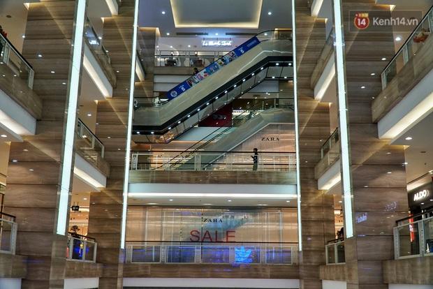 Ảnh: Người dân Hà Nội ở nhà tránh dịch do virus Corona, trung tâm thương mại, rạp chiếu phim đìu hiu - Ảnh 3.