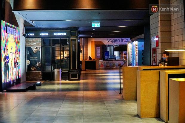 Ảnh: Người dân Hà Nội ở nhà tránh dịch do virus Corona, trung tâm thương mại, rạp chiếu phim đìu hiu - Ảnh 6.