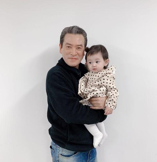 Lộ hình bố của Son Ye Jin ở Crash Landing On You bế cháu ngoại, happy ending không còn xa? - Ảnh 1.