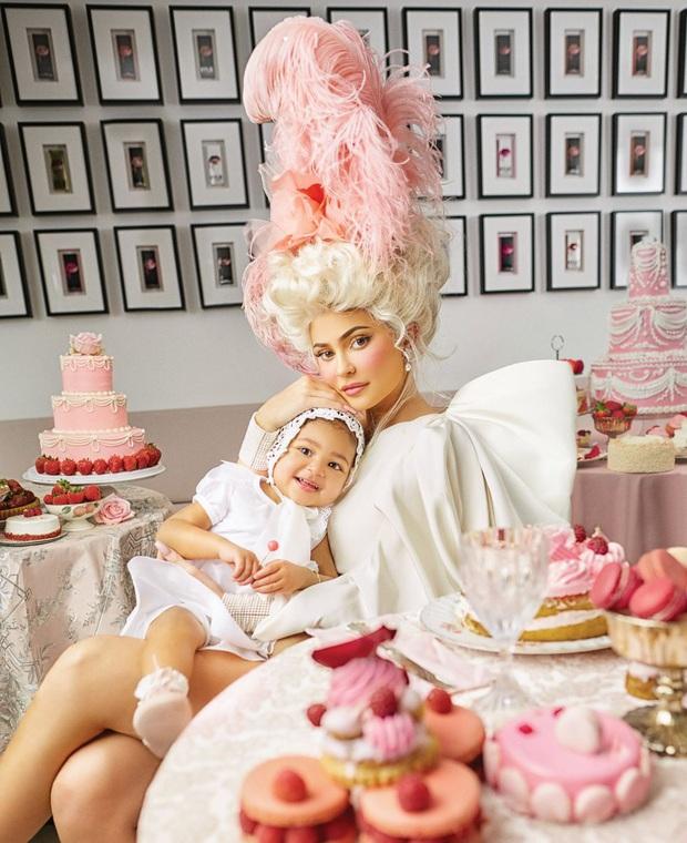Mãn nhãn với bộ ảnh tạp chí quý tộc siêu lồng lộn của Kylie Jenner, nhưng cô con gái ngậm thìa vàng lại nổi bật hơn cả - Ảnh 2.