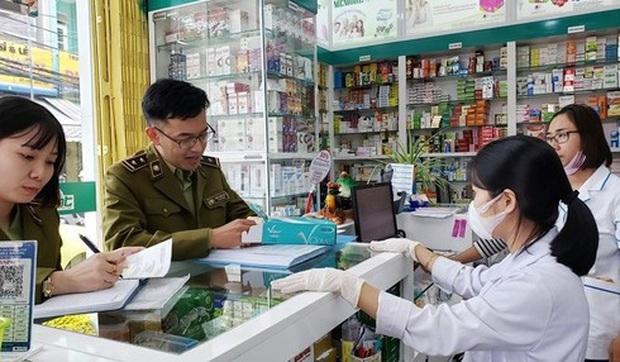 Xử phạt gần 200 triệu đồng đối với 95 cửa hàng thuốc tăng giá khẩu trang y tế - Ảnh 1.