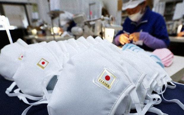 Không tăng giá, không găm hàng, Chủ tịch một hãng sản xuất khẩu trang Nhật Bản còn cúi đầu xin lỗi vì không sản xuất đủ đáp ứng nhu cầu người dân - Ảnh 1.
