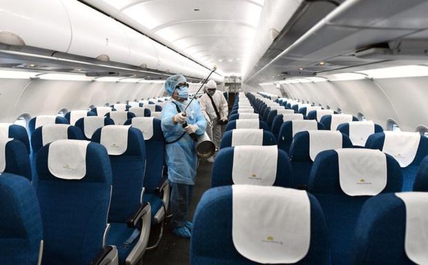 Vietnam Airline cách ly 2 tổ bay sau khi có khách người Trung Quốc nhiễm virus Corona - Ảnh 1.