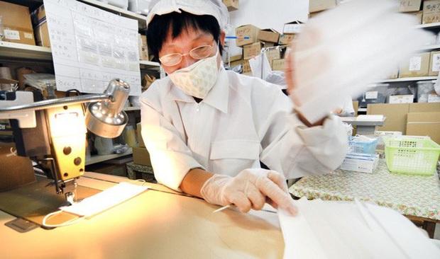 Không tăng giá, không găm hàng, Chủ tịch một hãng sản xuất khẩu trang Nhật Bản còn cúi đầu xin lỗi vì không sản xuất đủ đáp ứng nhu cầu người dân - Ảnh 3.