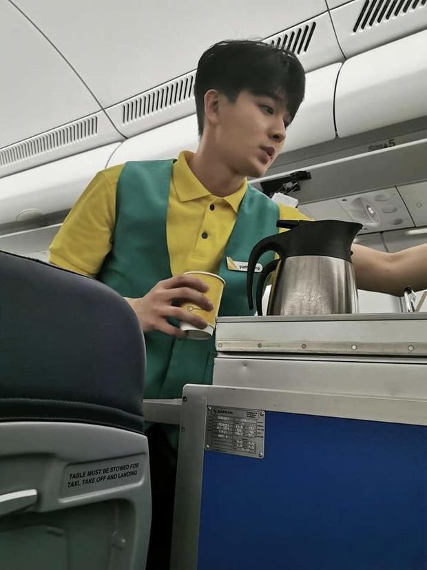 Nam thần iKON và mỹ nhân UEE gây bão vì tình cờ được bắt gặp làm tiếp viên hàng không, nhan sắc ngoài đời là tâm điểm - Ảnh 2.
