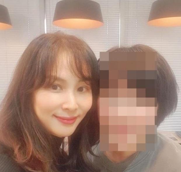 Go So Young lần đầu xuất hiện sau scandal săn gái chấn động của ông xã Jang Dong Gun, biểu cảm gây tranh cãi nảy lửa - Ảnh 1.