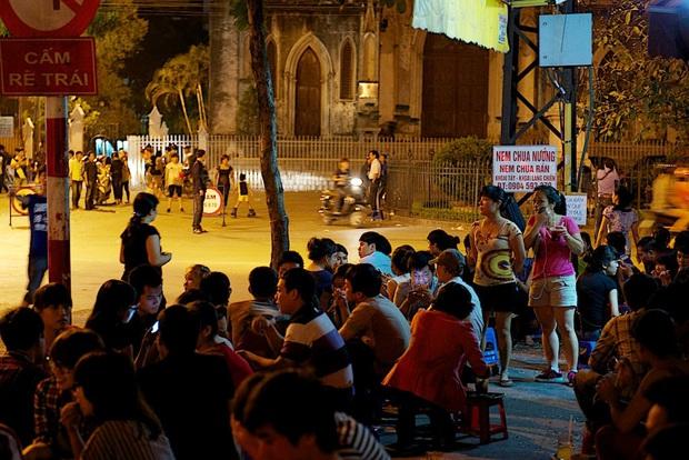 Trà chanh Nhà Thờ - tụ điểm vui chơi của giới trẻ Hà Nội mỗi buổi tối trở nên vắng tanh trong mùa dịch virus corona - Ảnh 1.