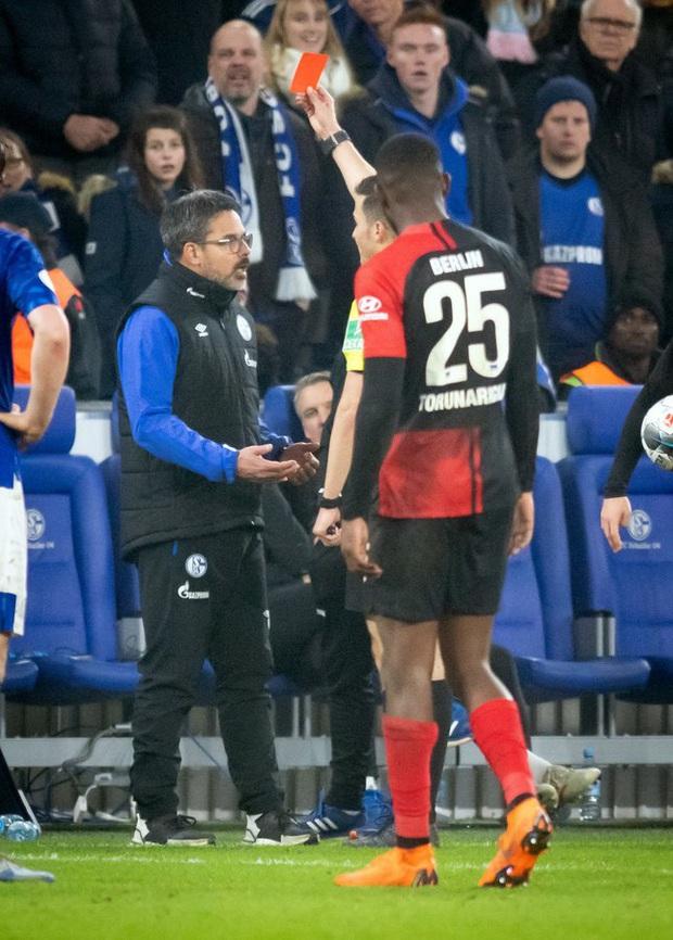Hy hữu: HLV ở Đức làm phúc phải tội, ăn thẻ đỏ sau khi... đỡ cầu thủ đối phương đứng dậy - Ảnh 7.