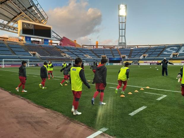 [Chùm ảnh] Đội tuyển nữ Việt Nam làm quen sân Jeju World Cup, sẵn sàng cho trận quyết đấu với Myanmar - Ảnh 2.