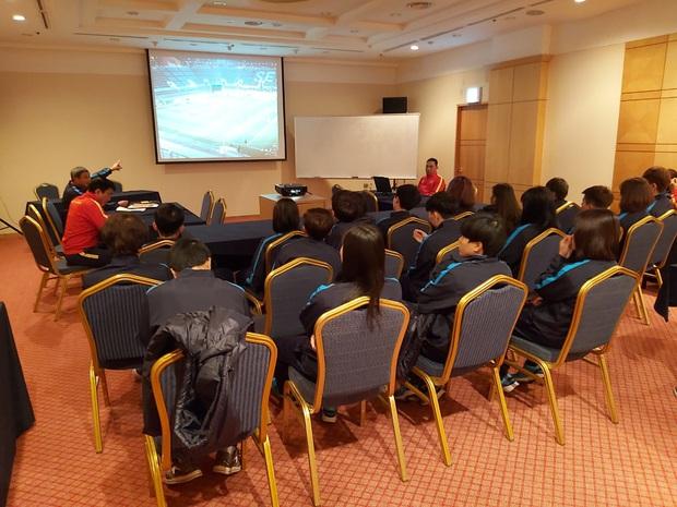VL 3 Olympic Tokyo 2020 (bảng A): Đội tuyển nữ Việt Nam họp đấu pháp cho trận đấu gặp Myanmar (17h ngày 6/2) - Ảnh 1.