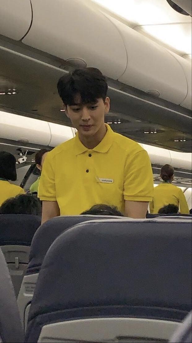 Nam thần iKON và mỹ nhân UEE gây bão vì tình cờ được bắt gặp làm tiếp viên hàng không, nhan sắc ngoài đời là tâm điểm - Ảnh 1.