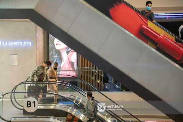 Sài Gòn: Loạt trung tâm thương mại đình đám vắng hoe trong những ngày dịch virus Corona, đi tới đâu cũng thấy… khẩu trang hiện diện - Ảnh 8.