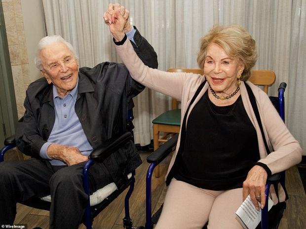 Huyền thoại Hollywood qua đời ở tuổi 103, rơi nước mắt trước phản ứng của tài tử Người kiến khi bố ra đi - Ảnh 5.