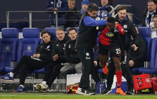 Hy hữu: HLV ở Đức làm phúc phải tội, ăn thẻ đỏ sau khi... đỡ cầu thủ đối phương đứng dậy - Ảnh 5.