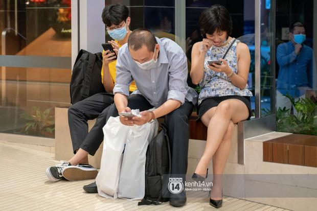 Sài Gòn: Loạt trung tâm thương mại đình đám vắng hoe trong những ngày dịch virus Corona, đi tới đâu cũng thấy… khẩu trang hiện diện - Ảnh 12.