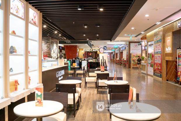 Sài Gòn: Loạt trung tâm thương mại đình đám vắng hoe trong những ngày dịch virus Corona, đi tới đâu cũng thấy… khẩu trang hiện diện - Ảnh 14.