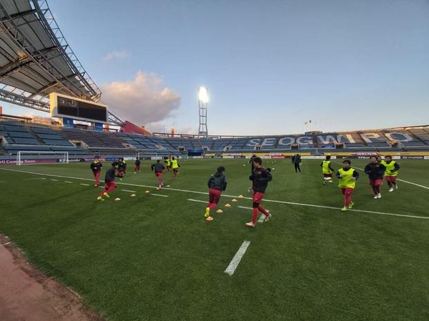[Chùm ảnh] Đội tuyển nữ Việt Nam làm quen sân Jeju World Cup, sẵn sàng cho trận quyết đấu với Myanmar - Ảnh 1.