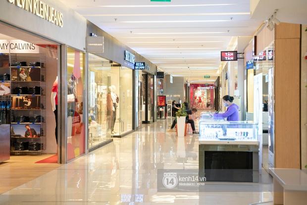 Sài Gòn: Loạt trung tâm thương mại đình đám vắng hoe trong những ngày dịch virus Corona, đi tới đâu cũng thấy… khẩu trang hiện diện - Ảnh 19.