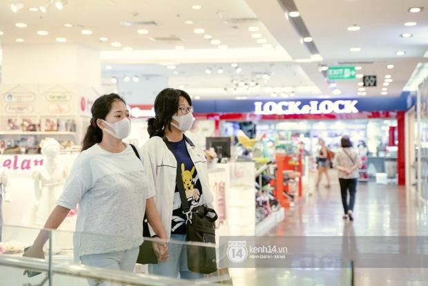 Sài Gòn: Loạt trung tâm thương mại đình đám vắng hoe trong những ngày dịch virus Corona, đi tới đâu cũng thấy… khẩu trang hiện diện - Ảnh 23.