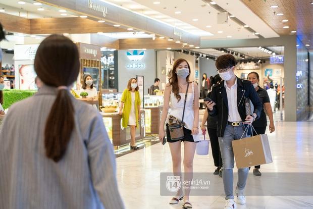 Sài Gòn: Loạt trung tâm thương mại đình đám vắng hoe trong những ngày dịch virus Corona, đi tới đâu cũng thấy… khẩu trang hiện diện - Ảnh 21.