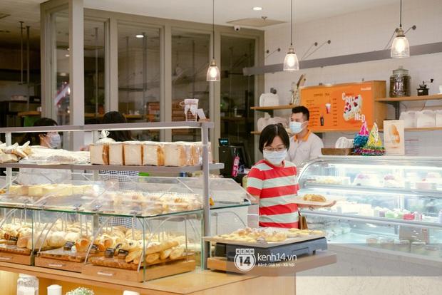 Sài Gòn: Loạt trung tâm thương mại đình đám vắng hoe trong những ngày dịch virus Corona, đi tới đâu cũng thấy… khẩu trang hiện diện - Ảnh 22.