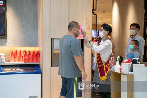 Sài Gòn: Loạt trung tâm thương mại đình đám vắng hoe trong những ngày dịch virus Corona, đi tới đâu cũng thấy… khẩu trang hiện diện - Ảnh 26.