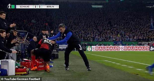 Hy hữu: HLV ở Đức làm phúc phải tội, ăn thẻ đỏ sau khi... đỡ cầu thủ đối phương đứng dậy - Ảnh 3.