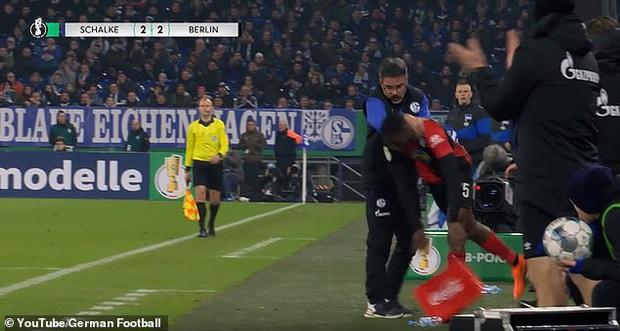 Hy hữu: HLV ở Đức làm phúc phải tội, ăn thẻ đỏ sau khi... đỡ cầu thủ đối phương đứng dậy - Ảnh 4.
