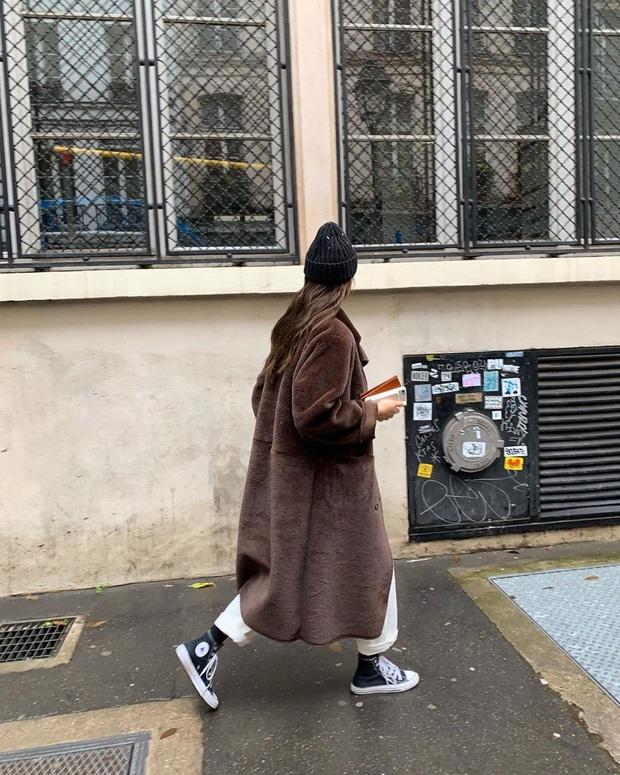 8 gợi ý lên đồ ăn tiền cho ngày mưa rét: Hay nhất là chiêu layering áo dạ - blazer chanh sả, áo da - quần jogger chất ngầu - Ảnh 7.