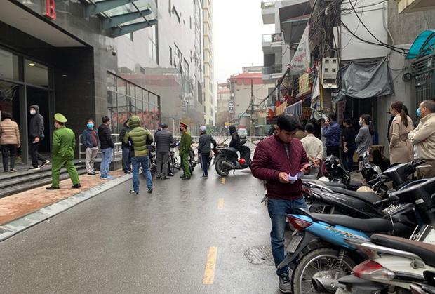 Hà Nội: Sau tiếng động lớn, người dân tá hoả phát hiện thi thể người phụ nữ nghi rơi từ tầng cao chung cư xuống đất - Ảnh 1.