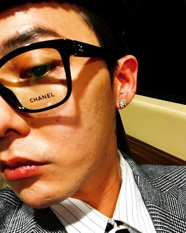 G-Dragon lộ da sần sùi lấm tấm mụn nhưng vẫn ghi điểm với style chất khỏi bàn khi lấy dây giày làm cà vạt - Ảnh 1.