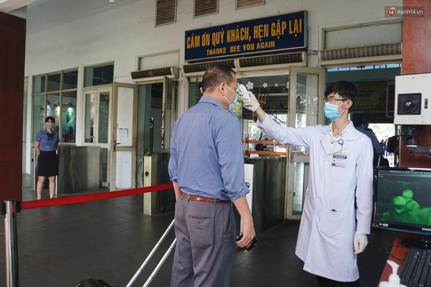 Khách đến TP. HCM bằng đường sắt đều được kiểm tra thân nhiệt để phòng dịch virus corona - Ảnh 6.