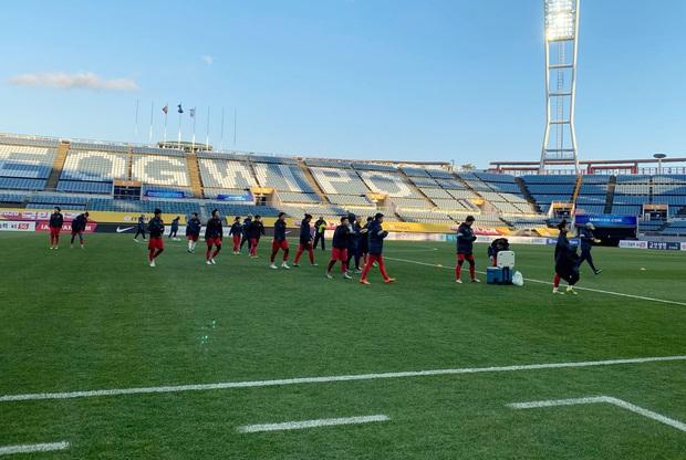 [Chùm ảnh] Đội tuyển nữ Việt Nam làm quen sân Jeju World Cup, sẵn sàng cho trận quyết đấu với Myanmar - Ảnh 4.