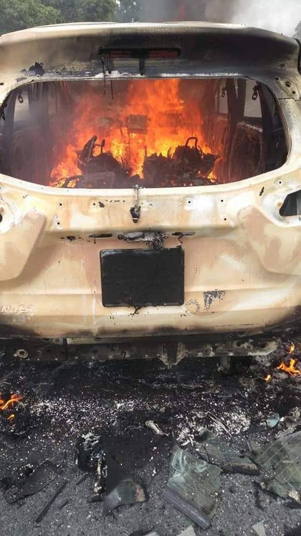 Nóng: Ô tô bốc cháy ngùn ngụt sau tiếng nổ lớn, 2 người chết thảm - Ảnh 3.