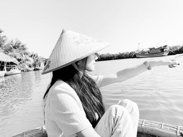 Lần đầu sao Hàn đến Việt Nam du lịch mà chụp bộ hình đẹp đến vậy: Mỹ nhân Hwarang đội nón lá đúng là xinh mê người! - Ảnh 2.