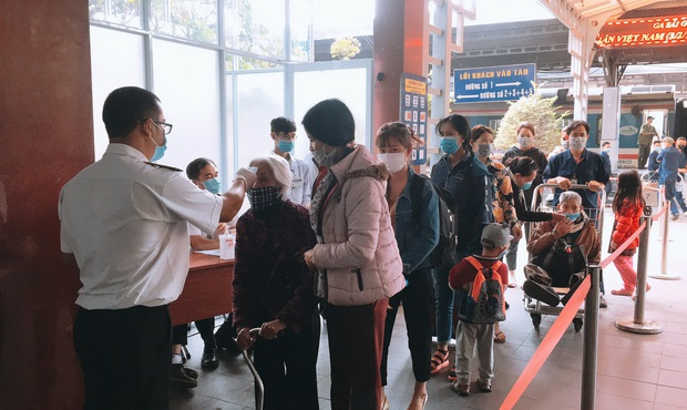 Khách đến TP. HCM bằng đường sắt đều được kiểm tra thân nhiệt để phòng dịch virus corona - Ảnh 2.