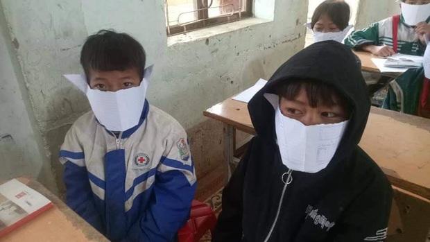 Học sinh miền núi Nghệ An đeo khẩu trang... giấy trong lớp học để phòng chống dịch virus Corona - Ảnh 1.