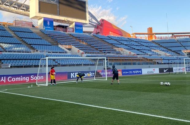 [Chùm ảnh] Đội tuyển nữ Việt Nam làm quen sân Jeju World Cup, sẵn sàng cho trận quyết đấu với Myanmar - Ảnh 3.