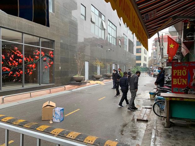 Hà Nội: Sau tiếng động lớn, người dân tá hoả phát hiện thi thể người phụ nữ nghi rơi từ tầng cao chung cư xuống đất - Ảnh 2.