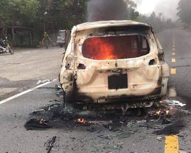 Nóng: Ô tô bốc cháy ngùn ngụt sau tiếng nổ lớn, 2 người chết thảm - Ảnh 1.