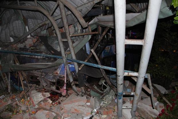 Xe khách giường nằm tông thẳng vào xe tải rồi lao vào nhà dân, ít nhất 6 người thương vong - Ảnh 2.