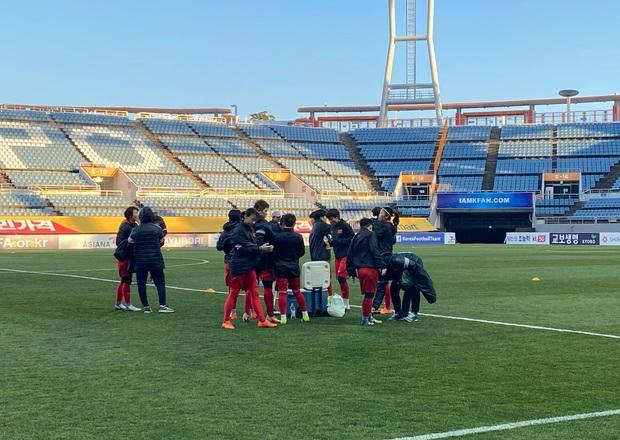 [Chùm ảnh] Đội tuyển nữ Việt Nam làm quen sân Jeju World Cup, sẵn sàng cho trận quyết đấu với Myanmar - Ảnh 5.