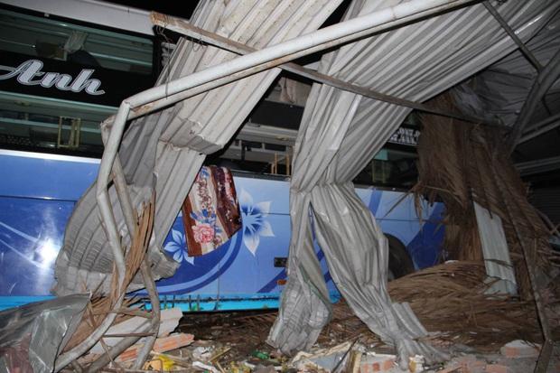 Xe khách giường nằm tông thẳng vào xe tải rồi lao vào nhà dân, ít nhất 6 người thương vong - Ảnh 1.
