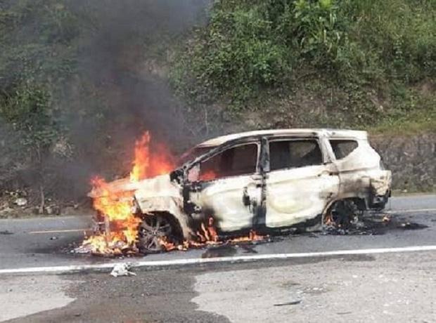 Nóng: Ô tô bốc cháy ngùn ngụt sau tiếng nổ lớn, 2 người chết thảm - Ảnh 2.