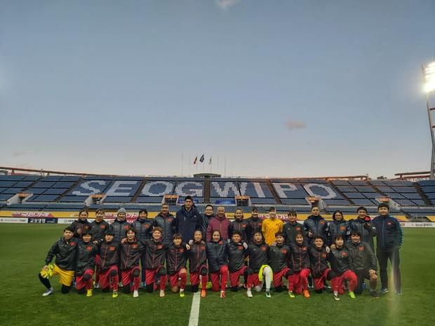 [Chùm ảnh] Đội tuyển nữ Việt Nam làm quen sân Jeju World Cup, sẵn sàng cho trận quyết đấu với Myanmar - Ảnh 7.