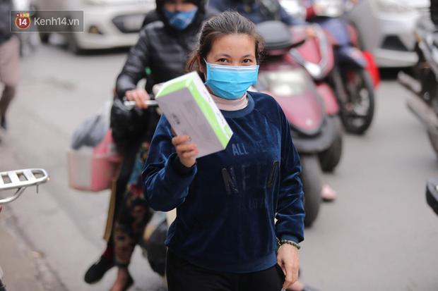 Ảnh: Hàng trăm người dân Hà Nội xếp hàng mua khẩu trang bán đúng giá - Ảnh 9.