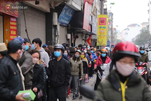 Ảnh: Hàng trăm người dân Hà Nội xếp hàng mua khẩu trang bán đúng giá - Ảnh 3.