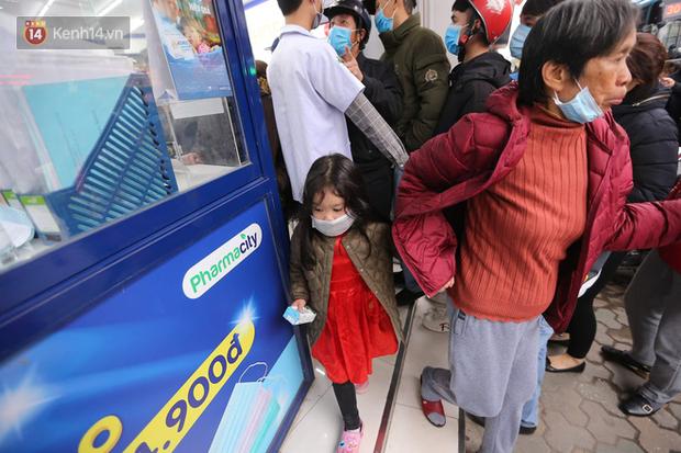 Ảnh: Hàng trăm người dân Hà Nội xếp hàng mua khẩu trang bán đúng giá - Ảnh 5.