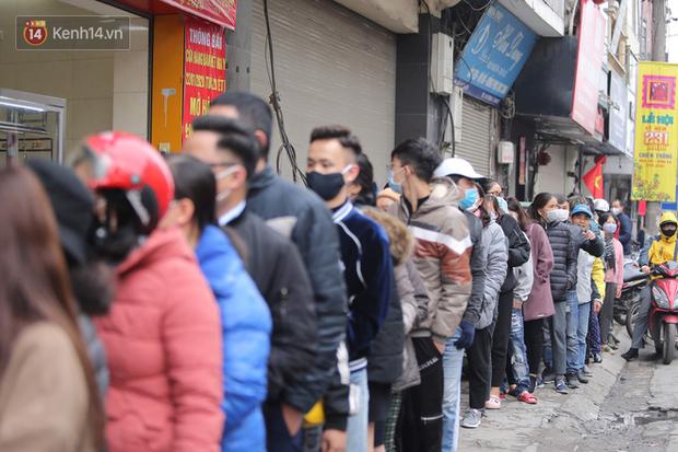 Ảnh: Hàng trăm người dân Hà Nội xếp hàng mua khẩu trang bán đúng giá - Ảnh 1.